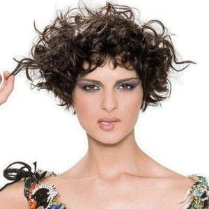 Tagli capelli corti ricci asimmetrici: taglio ciocche lunghe e corte alternate