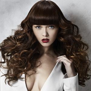 Tagli capelli ricci lunghi con frangia: foto frangia piena