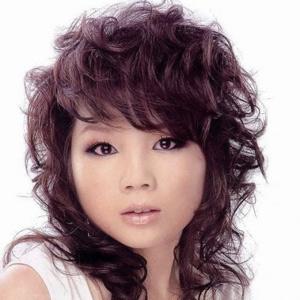 Tagli capelli ricci lunghi con frangia: foto frangia scalata leggera