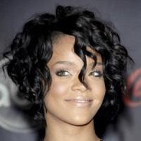 Tagli capelli ricci lunghi davanti e corti dietro: Rihanna