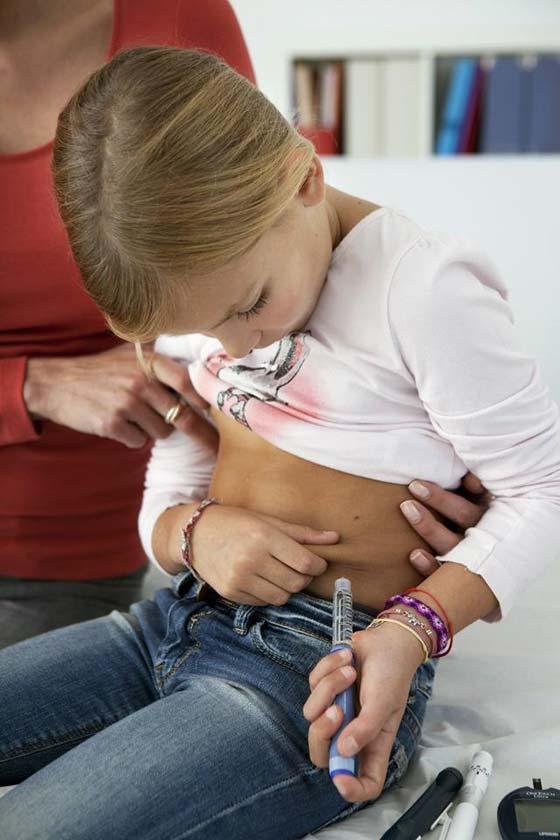 Ragazza che si fa un iniezione di insulina per diabete di tipo 1