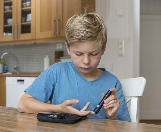 Iniezione di insulina ragazzo