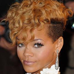 taglio capelli afro rasato con cresta lungo centrale