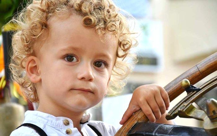 Come sistemare i capelli ricci dei bambini in 5 passaggi