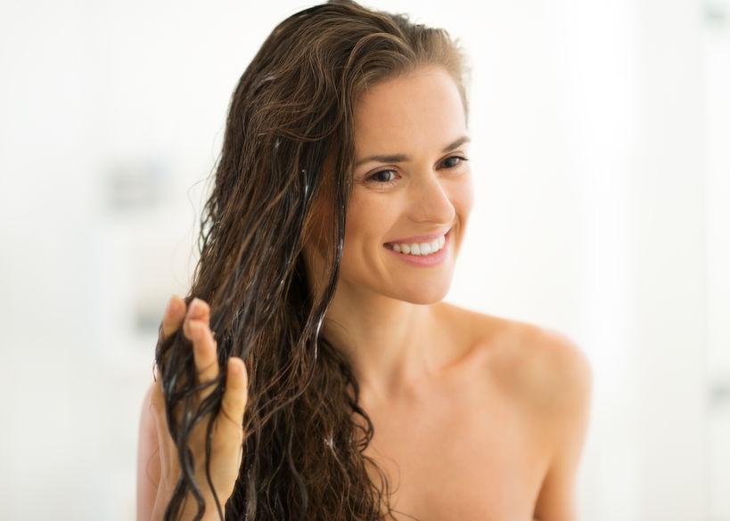 donna capelli ricci bagnati
