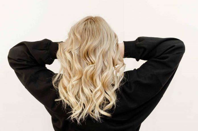 Decolorare i capelli ricci