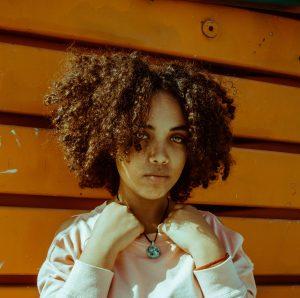 capelli ricci afro corti